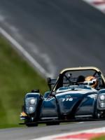 Rick van Geffen in zijn Radical op het Engelse circuit van Brands Hatch.